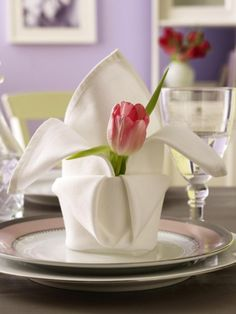 Einfache Faltanleitung für Servietten Napkin folding made easy: With this tutorial you will learn st Dinner Napkins, Dinner Table, A Table, Cloth Napkin Folding, Paper Folding, Ostern Party, Table Etiquette, Deco Table, Decoration Table
