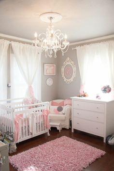 Chambre de bébé fille pour celles qui rêvent d'être princesses, lustre cristale