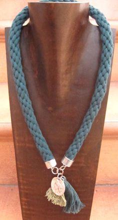 collar de algodón trenzado a mano con moneda y borlas de hilo
