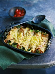 savoury pancake Cheesy pancakes with ham and leeks. This indulgent savoury pancake dish goes really well with a tomato salad. Pancakes For Dinner, Crepes And Waffles, Savory Pancakes, Breakfast Crepes, Breakfast Club, Pancake Fillings, Savoury Pancake Recipe, Pancake Recipes, Savoury Bakes
