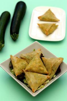 J'adore les samoussas, il y a déjà plusieurs recettes sur le blog, au boeuf, au poulet, au thon, au chèvre-miel... mais pas encore avec des légumes comme ingrédient principal, et pourtant c'est aussi très bon ! Voici donc une recette de samoussas riche... Top Recipes, Indian Food Recipes, Vegetarian Recipes, Healthy Recipes, Ethnic Recipes, Recipies, Samosas, Turnover Recipes, Cafe Food