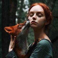 Une sélection des superbes portraits de la photographe Alexandra Bochkareva, qui met en scène de jeunes filles rousses posant avec des renards roux. Des pho