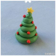 BlackBetty'sLab: Tutorial Albero di Natale 4 Fimo Clay, Polymer Clay Projects, Christmas Time, Christmas Crafts, Christmas Ornaments, Biscuit, Jumping Clay, Christmas Cake Decorations, Polymer Clay Christmas