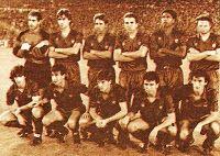 F. C. BARCELONA - Barcelona, España - Temporada 1988-89 - Zubizarreta, Julio Salinas, López Recarte, Roberto, Aloisio y Beguiristain; Bakero, Milla, Urbano, Eusebio y Alexanco - REAL MADRID 3 (Hugo Sánchez, Aldana, Gordillo) F. C. BARCELONA 2 (Bakero, Carrasco) - 22/10/1988 - Liga de 1ª División, jornada 8 - Madrid, estadio Santiago Bernabeu - Con Johann Cruyff de entrenador, el Barcelona fue 2º en la Liga Barcelona Football, Fc Barcelona, Real Madrid, Santiago Bernabeu, Team Photos, Football Team, Movie Posters, Movies, World