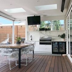 11 Useful Tips for Summer Kitchen Arrangement - Decor Around The World Closed Kitchen, Kitchen Sets, Kitchen Decor, Kitchen Arrangement, Stainless Steel Furniture, Outdoor Living Rooms, Design Your Kitchen, Summer Kitchen, Traditional Kitchen