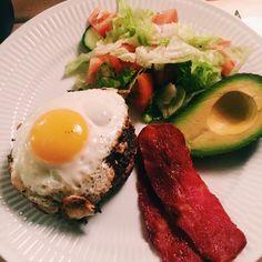 Drengene fik burger til aftensmad - jeg nappede en salat, hakkebøf med spejlæg, kalkunbacon og avokado 😋 #egg#bacon#æg#vægttab#royalcopenhagen#dullermedmuller#sundhed#ost#ägg#sundlivsstil#fitfamdk#løg