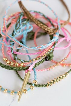 With summer just around the corner, I thought I'd bring back one of my favorite bracelet tutorials for my third DIY kit with Makers Kit. I love these delicate braided bracelets with their natural textures juxtaposed against shiny gold beads. The sliding k Braided Bracelets, Cute Bracelets, Macrame Bracelets, Friendship Bracelets Tutorial, Bracelet Tutorial, Diy Bracelet, Diy Design, Box Braids Pictures, Diy Jewelry