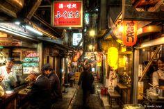 府中からの帰り新宿に寄る。 新宿で一杯引っ掛けながら、なおかつHDR写真やるとしたらhiroさんも好きなここ。 (彼とは呑み屋の嗜好が指向が思考が合うみたいだ。笑) 『テーマパーク昭和か!?ここは!』 左のおっちゃん右のオネーチャンがタイムマシンの門番。(笑) 『「に~さ...
