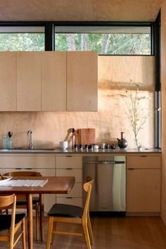 Photo 3 of 5 in Top 5 Kitchens of the Week With Warm Wood Details from Hood Cliff Retreat - Dwell Interior Modern, Interior Simple, Kitchen Interior, Diy Interior, Plywood Interior, Coastal Interior, Layout Design, Küchen Design, House Design