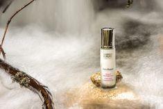 Produkt, který vaši pleť ochrání, ale zároveň oživí, vyhladí a zpevní? A navíc jim můžete nahradit i krém? Seznamte se! 👉NATUREPAIR DETOX & DNA REPAIR FLUID je extra péče, která díky svým patentovaným účinným přírodním látkám funguje na pokožce jako ochranný štít proti škodlivým toxinům z prostředí, UV zářením a předčasnému stárnutí.🌿 Navíc zpevňuje a vyhlazuje kontury pleti. Plnohodnotně dokáže nahradit denní či noční krém❗ Dna Repair, Detox, Perfume Bottles, Beauty, Perfume Bottle, Beauty Illustration