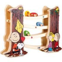 Charlie Brown, Snoopy & Co zieren diese tolle Kugelbahn aus Holz. Die Standfüße sehen aus wie Baumstämme und wirken täuschend echt. Die robusten Holzbahnen beherbergen bunte Holzkugeln, die auf eine rasante Fahrt gehen.  ca. 40 x 7 x 28 cm