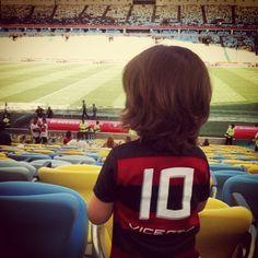 """O ator #RicardoPereira publica foto do filho Vicente: """"A primeira vez dele num estádio de futebol, e logo no Maracanã!"""""""