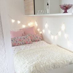 the lights in this bedroom are so cute! <3