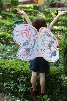 DIY butterfly wings, perfect activity for a rainbow butterfly party How To Make Butterfly, Rainbow Butterfly, Butterfly Party, Butterfly Wings, Simple Butterfly, Diy Butterfly Costume, Diy Costumes, Halloween Costumes, Diy Wings