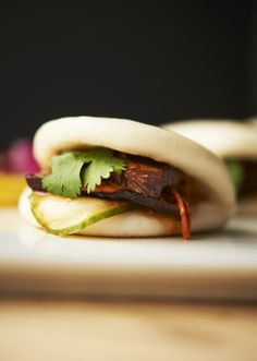 ¿Bocadillos que no engordan? Se llaman baos y pueden ser muy sanos | Vogue Gua Bao, Bao Buns, Steamed Buns, Delicious Sandwiches, Food Decoration, Dim Sum, Wine Recipes, Finger Foods, Love Food