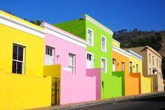 bBo-Kaap, Kaapstad/bbr In dit schilderachtige deel van Zuid-Afrika vinden we alle kleuren van de regenboog terug. In het verleden staken de inwoners hun huis hier in een vrolijk kleurtje om het einde van de apartheid te vieren.
