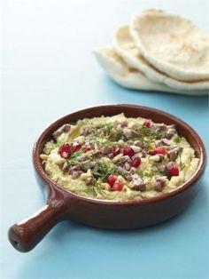 Hummus met GESCHROEIDE LAM en geroosterde pijnboompitten