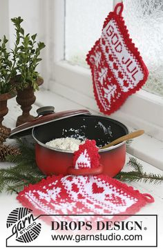 """God Jul - Knitted DROPS pot holders with Christmas pattern in """"Paris"""". - Free pattern by DROPS Design Potholder Patterns, Knitting Patterns Free, Free Knitting, Free Pattern, Crochet Patterns, Christmas Makes, Noel Christmas, Drops Design, Garnstudio Drops"""