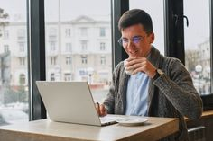 Young guy is freelancer in cafe working behind a laptop. Camisa Beige, Online Digital Marketing, Coffee Drinks, Drinking Coffee, Business Look, Free Photos, Online Business, Photo Editing, Coworking Space