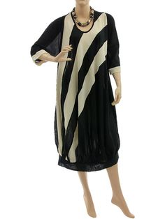 Wide shaped lagenlook dress, diagonal stripes black off white L-XL - Artikeldetailansicht - CLASSYDRESS Lagenlook Art to Wear Women's Clothing