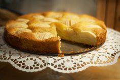 """Bei diesem klassischen Obstkuchen werden Äpfel in einen Rührteig gedrückt und gebacken. Dadurch erhält der Kuchen die typische Optik, durch die er sicherlich seinen Namen """"Apfelschlupfkuchen"""" erhalten hat.Unser Apfelschlupfkuchen schmeckt wie von Oma."""