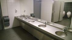 Helsingin jäähalliin uusittiin kaikki WC-tilat ja niihin mittatilauksena RST-altaat. Taustalla näkyy URIDAN pisuaarit ja Dyson käsienkuivain.