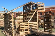 This DIY Pallet House constructed with cheap wooden pallets can be completed by anyone in one day, ideal for backyard shelter use. Pallet Fort, Pallet Playhouse, Diy Pallet, Backyard Playhouse, Pallet Ideas, Pallet House Plans, Pallet Furniture Plans, Pipe Furniture, Furniture Vintage