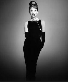 Gli Abiti di Audrey Hepburn in Colazione da Tiffany: dal grande Schermo alla Vita vera Abiti Audrey Hepburn colazione da Tiffany tubino Givenchy