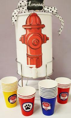 Original manera de servir los refrescos en una fiesta de Paw Patrol.