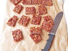 Mod de preparare Batoane de cereale: Cele 2 tipuri de zahar se amesteca intr-o craticioara si se caramelizeaza usor. Se adauga apoi mierea si untul (atentie la aburii care se formeaza), se pune din nou vasul pe foc si se amesteca pana la omogenizare. Vom obtine un sos de consistenta …
