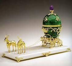 Karl Fabergé usando antigas técnicas de ourivesaria já quase extintas, elevou as jóias para uma arte decorativa inigualável desde o Renascimento