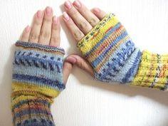 靴下を編んだオパール毛糸の残りで指なし手袋を編んでみました。 56目を輪に編むだけなので超簡単。 途中、伏せ目と巻き増し目で親指用の穴を作るだけ。...