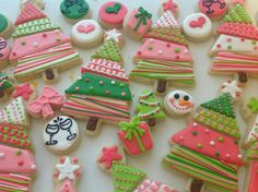 cute christmas decorated cookies by Ginnytnc Christmas Sugar Cookies, Christmas Sweets, Christmas Cooking, Noel Christmas, Christmas Goodies, Holiday Cookies, Halloween Cookies, Christmas Cakes, Green Christmas