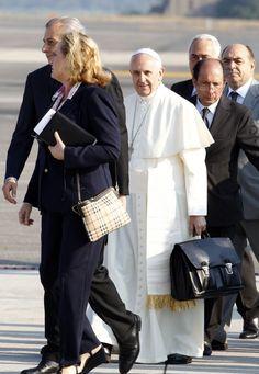 PaPa FRANCISCO....22 de julio de 2013. Es el primer viaje Papa Francisco al extranjero como Pontífice.Aquí le vemos con su cartera negra sujetándola con la mano izquierda mientras usaba su derecha para estrechar la mano de algunos de los VIPS ........subió las escaleras de entrada al jet con ella....
