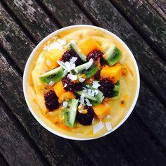Mango, kiwi & blackberry smoothie bowl