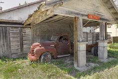 Old abandoned Gas Station in Italy, Texas