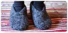 Neuloin Novitan ohjeella (2008, talvi) valtavat tossukat, vuorasin pakastepusseilla ja pistin pesten. Nämä huopuivat kerralla hyvin - jop...