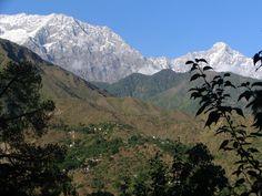 Dharamsala ligt aan de voet van het Dhauladhar-gebergte, een bergketen in de Indiase Himalaya. Witte bergen met de hoogste top ongeveer 5639 m hoog.