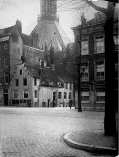Gezicht op de Gedempte Glashaven en de Jodensteeg. Op de achtergrond zien we de Zuiderkerk. De foto is gemaakt in 1930. De fotograaf is de heer Berssenbrugge en de foto bevindt zich in het Stadsarchief.