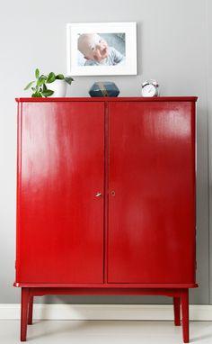 Punainen liinavaatekaappi 50-luvulta.  Mid century, red cabinet.