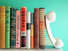 kreative Bücherstütze mit altmodischem Telefonhörer