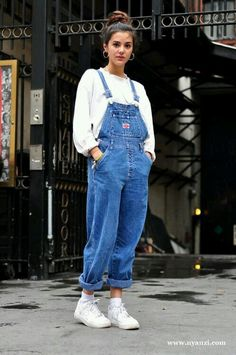 This layer overall outfit is exactly the outfit worn in the It has a white undergarment and blue jean overall on top. Outfits from the are very mirrored in todays outfits! Look 80s, Look Retro, Mode Outfits, Casual Outfits, Fashion Outfits, Fall Outfits, Fashion Clothes, Party Outfit Casual, School Outfits
