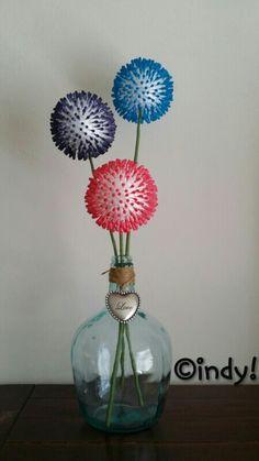 Bloemen van piepschuimbol en wattenstaafjes