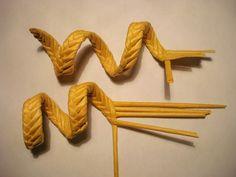 У Ларисы Гуржий. Она из семи соломин плетёт, я тут из пяти трубочек. http://hobbyndom.ru/pletenie-iz-solomy-list-spiralka/