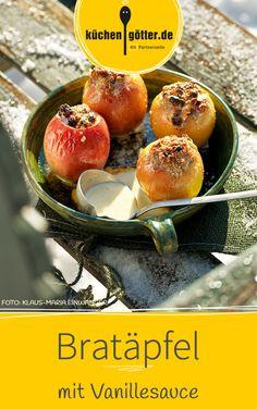 Schon wenn der Duft von Bratäpfeln aus der Küche strömt, macht sich ein wohliges Gefühl breit. Bei unserem Rezept werden die Bratäpfel fein gefüllt und mit Vanillesauce übergossen.