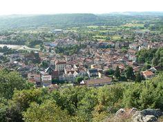 Volvic, ville construite sur la coulée de lave du volcan de la Nugère. Puy-de-Dôme