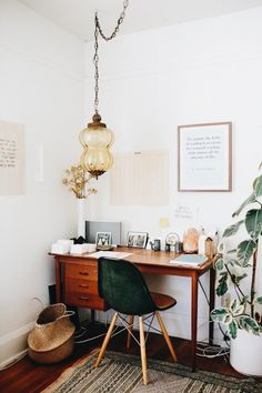 Boho vintage home office in Santa Monica from entrepreneur Ally Walsh. // via Jenni Kayne Boho vintage home office in Santa Monica from entrepreneur Ally Walsh. // via Jenni Kayne Decoration Inspiration, Interior Inspiration, Decor Ideas, Workspace Inspiration, Design Inspiration, Desk Inspo, Lamp Ideas, Rug Ideas, Gift Ideas