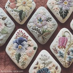 ブローチいろいろ。 すべてお花が違います。 #装う刺繍身につける刺繍展 に並べます。