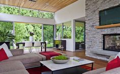 Situado cerca de Vancouver, en Canadá, la Casa de la selva moderna pone una atención notable en un ambiente luminoso. Demostración de alta c...
