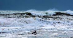 Atracción peligrosa... De repente descubres algo bello y más bello es por ser inesperado. Recuerda: born to be wild... #surf #sitges #olas #waves #mediterraneo #mediterranean #mar #sea #salvaje #wild